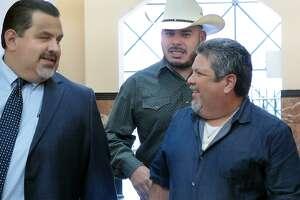 El Regidor del Distrito 2, Vidal Rodríguez, con sombrero vaquero, es acompañado por dos hombres al entrar a la Corte del Condado el martes 10 de octubre de 2017 para la audiencia de sentencia por distribuir los antecedentes penales juveniles de su oponente política.
