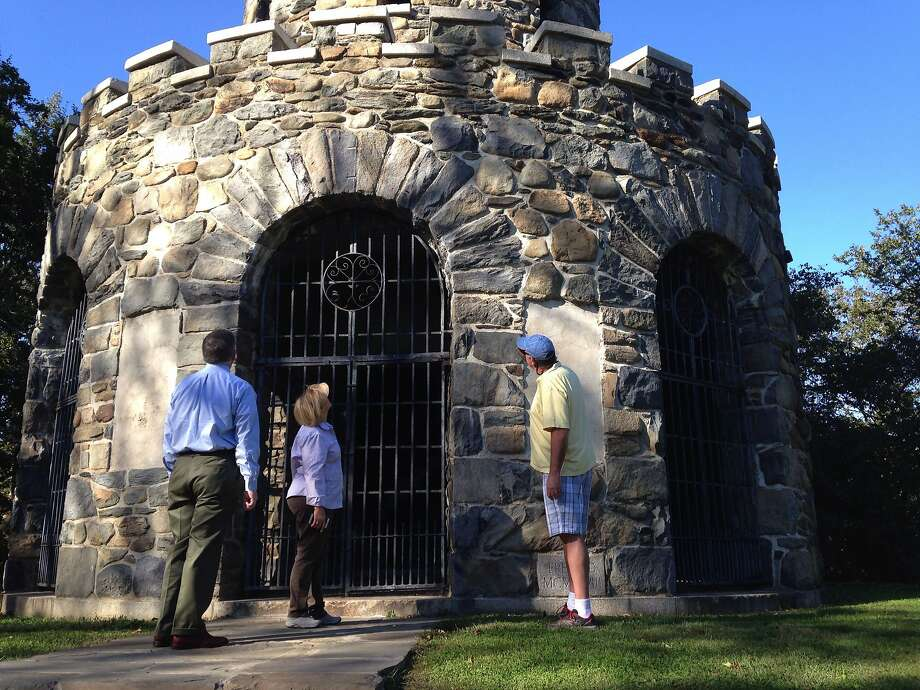 Visitors view a World War I memorial vandalized some 40 years ago in Newport, R.I. Its tower once featured bronze plaques with the names of soldiers from the area who died in the conflict. Photo: Jennifer McDermott, Associated Press