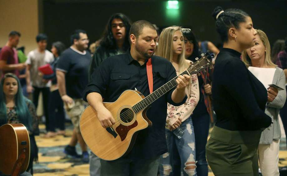 hundreds sing strum and shine at american idol s san antonio auditions houston chronicle. Black Bedroom Furniture Sets. Home Design Ideas