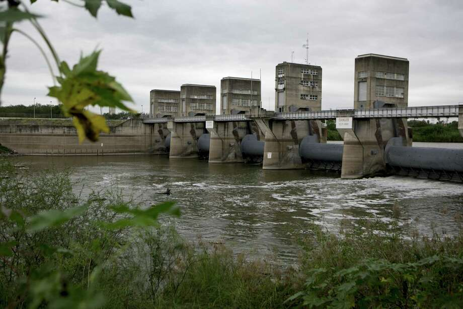 The Anzalduas Dam on the Rio Grande in Mission, Texas, Nov. 12, 2015. The numbers of migrants crossing the Rio Grande illegally have risen sharply in recent weeks, replaying scenes from the influx of Central American children and families in South Texas last year. (Ilana Panich-Linsman/The New York Times) Photo: Ilana Panich-Linsman / New York Times / NYTNS