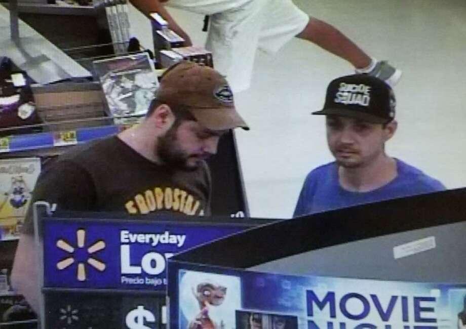 Estos dos hombres son buscados por las autoridades para propositos de identificación. La policía de Laredo dijo que supuestamente están conectados a un caso de robo.\ Photo: Cortesía /LPD