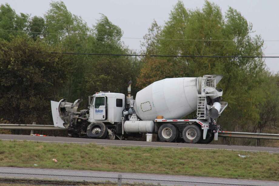 Crews this weekend will convert two-way frontage roads between Foster and Graytown roads on Interstate 10 to safer one-way roads. A teenage girl died Dec. 7, 2016, on that stretch of access road after crashing into a cement truck, according to police. Photo: Tyler White /San Antonio Express-News / San Antonio Express-News