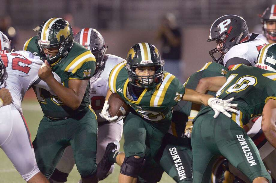 Joseph Ibarra and Nixon fell from No. 12 to No. 17 in Region IV-5A after a 48-17 loss at Mission Veterans Memorial. Photo: Cuate Santos /Laredo Morning Times File / Laredo Morning Times