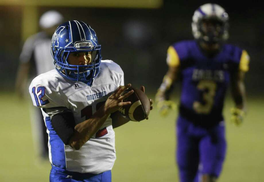Adrian Urdiales of Memorial hauls in a touchdown pass against Brackenridge during District 28-5A high school football action at the SAISD Sports Complex on Thursday, Oct. 12, 2017. Photo: Billy Calzada, Staff / San Antonio Express-News / San Antonio Express-News