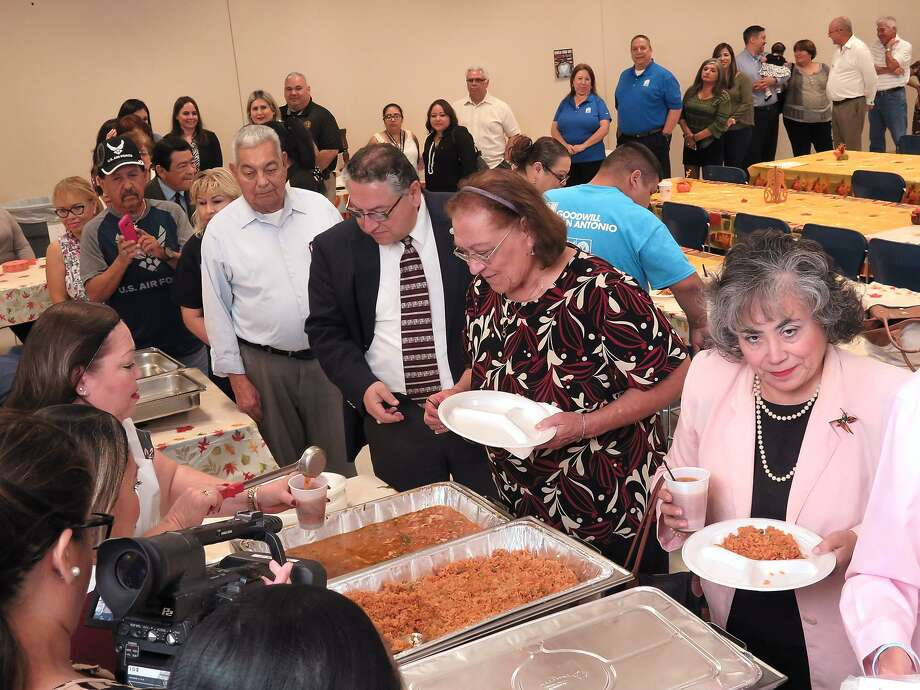 FOTO DE ARCHIVO— Miembros de la comunidad y miembros del Banco Regional de Alimentos de Laredo conmemoran el Día Mundial de la Comida en 2016. Photo: Foto Por Cuate Santos /Laredo Morning Times / Laredo Morning Times