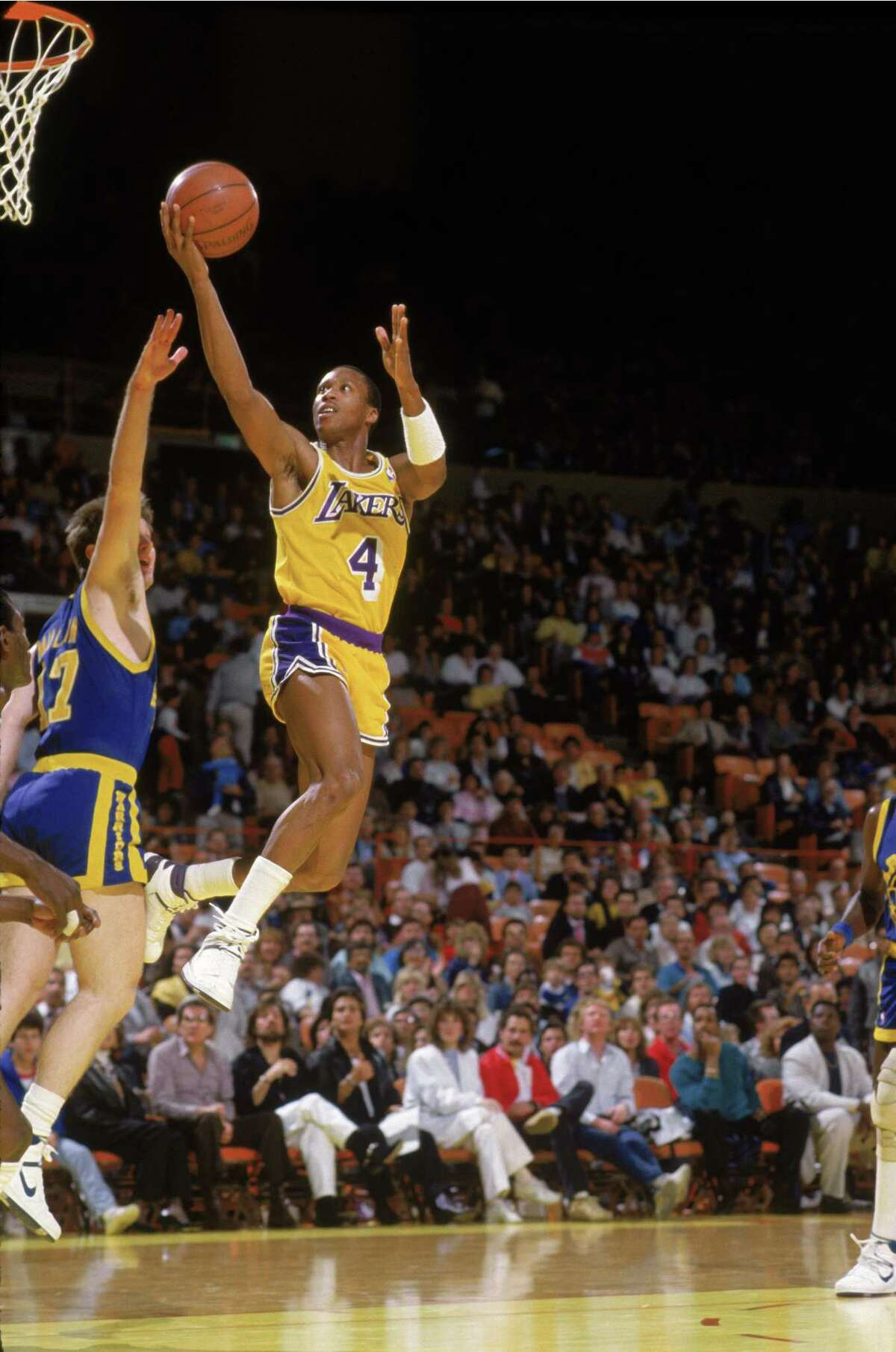 LOS ANGELES - 1987: Byron Scott #4 of the Los Angeles Lakers shoots over Chris Mullin #17 of the Golden State Warriors during an NBA game at the Great Western Forum in Los Angeles, California in 1987. (Photo by Stephen Dunn/Getty Images)