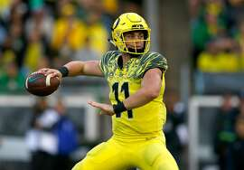 EUGENE, OR - OCTOBER 07:  Quarterback Braxton Burmeister #11 of the Oregon Ducks throws the ball against the Washington State Cougars at Autzen Stadium on October 7, 2017 in Eugene, Oregon.  (Photo by Jonathan Ferrey/Getty Images)