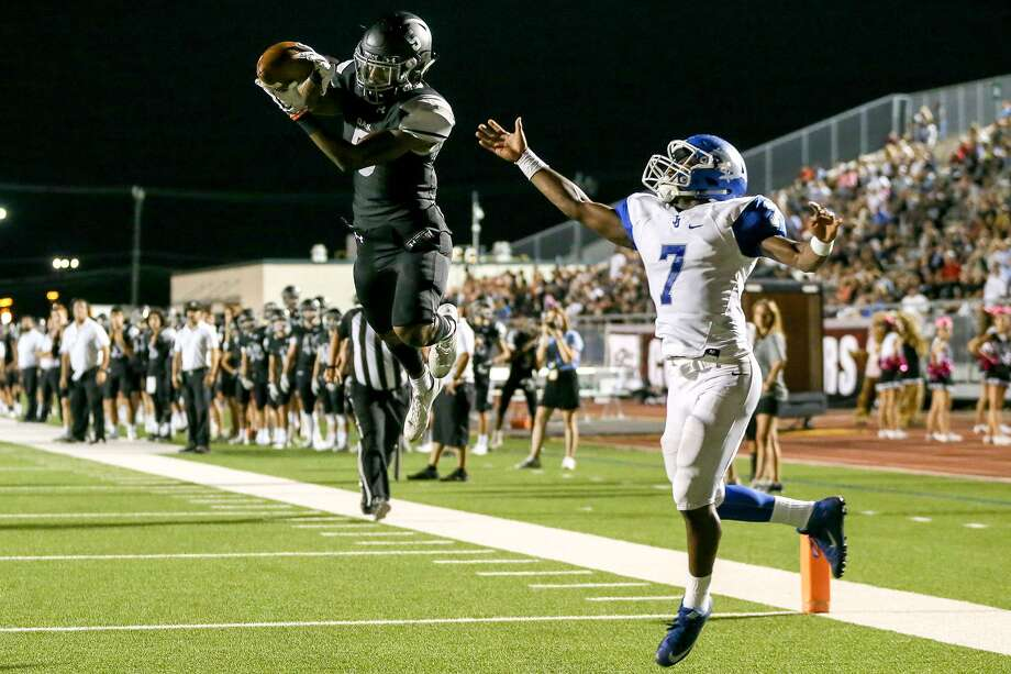 Clark's Kenneth Bivins, shown in a file photo, passed for two touchdowns and had a scoring catch in the Cougars' double-overtime 56-49 loss to Warren on Oct. 27, 2017. Photo: Marvin Pfeiffer /San Antonio Express-News / Express-News 2017