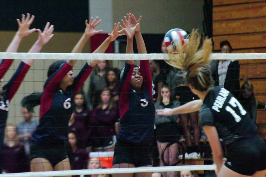 Dawson's Jalynn Finnie (6) and Dawson's Jordyn Sinnette (3) try to block a shot from Pearland's Sarah Wright (17) Friday, Oct 13 at Dawson High School. Photo: Kirk Sides, Houston Chronicle / © 2017 Kirk Sides / Houston Chronicle