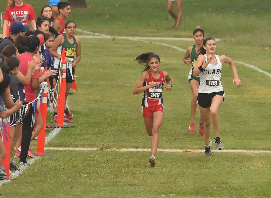 Clark's Sidney Campion (right) finished seventh Saturday at the Northside Meet No. 2 at Gustafson Stadium. Photo: Robin Jerstad /San Antonio Express News / ROBERT JERSTAD