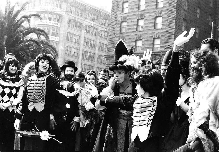 Mimes Robert Shields and Lorene Yarnell get married in front of a large crowd at Union Square on Oct. 27, 1972. Photo: Don Lau, San Francisco Chronicle