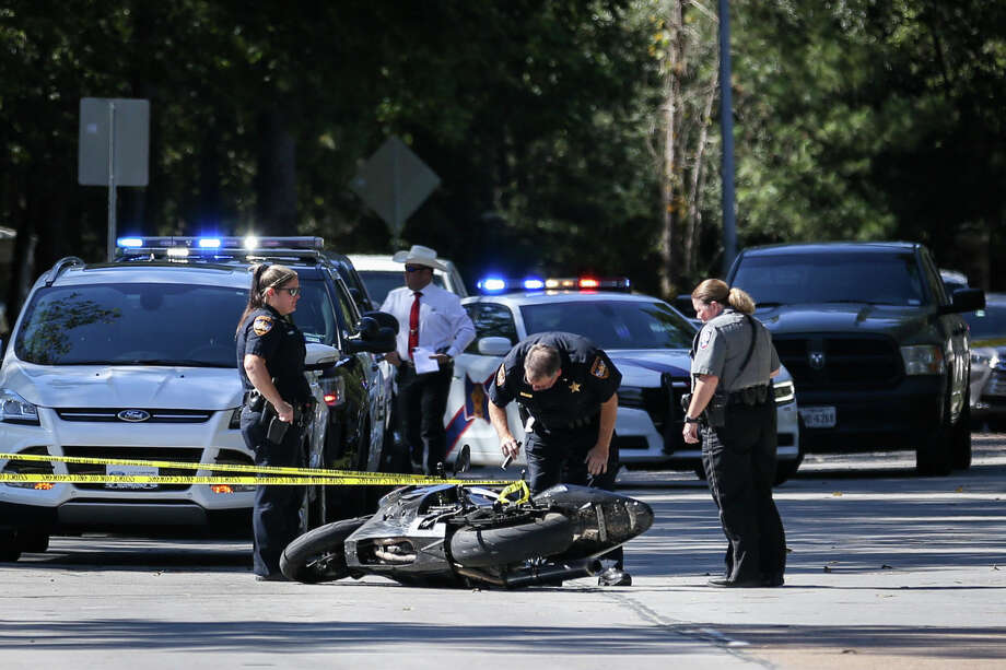 Fatal officer involved shooting reported in kingwood houston chronicle montgomery county precinct 4 constables deputies and houston police officers investigate the scene where a fleeing solutioingenieria Gallery