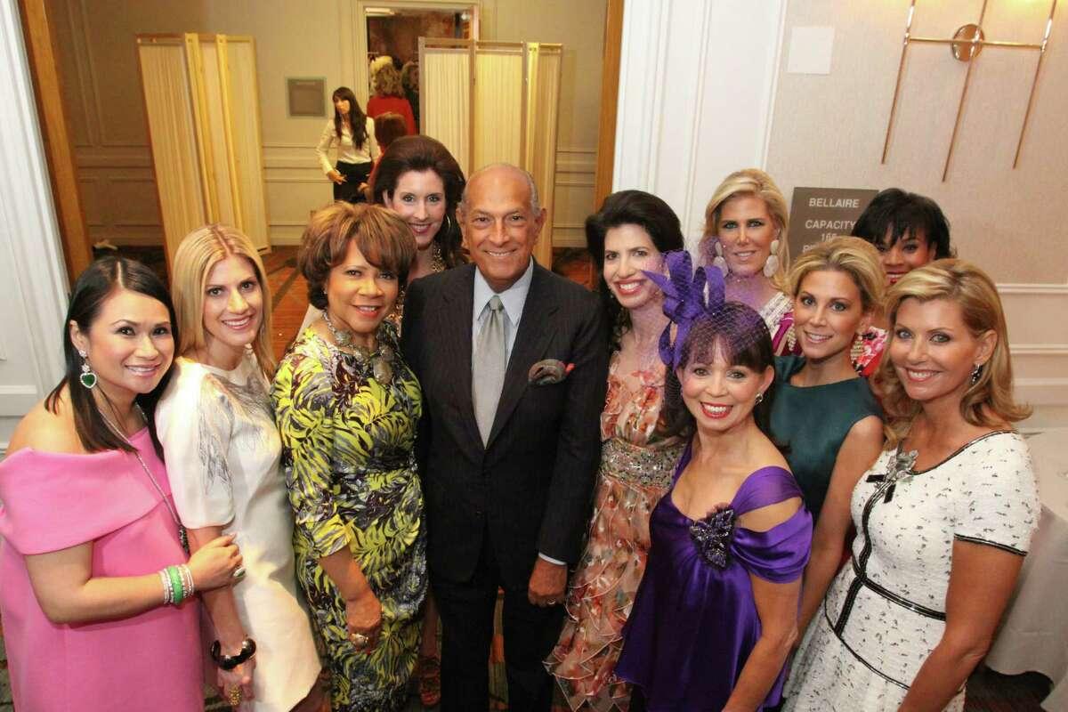 Oscar de la Renta posed with 2010 Houston Chronicle Best Dressed honorees.
