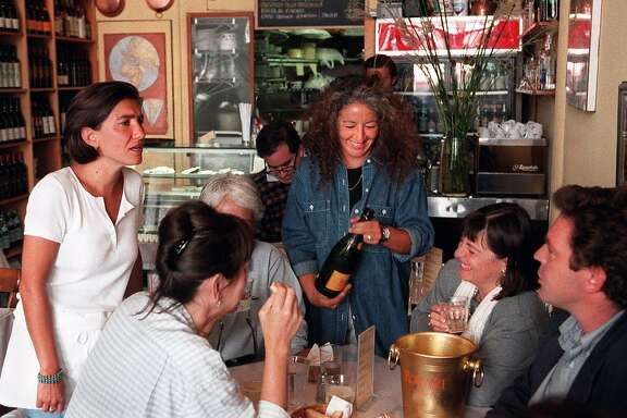 CHARMERS.16/C/11AUG95/FD/JLT - Owners Susanna Borgatti (left, standing) and Wally Tettamanti (center, with wine) exchange news and pleasantries with customers at their North Beach restaurant, L'Osteria del Forno. - 519 Columbus Avenue - PHOTO BY JERRY TELFER