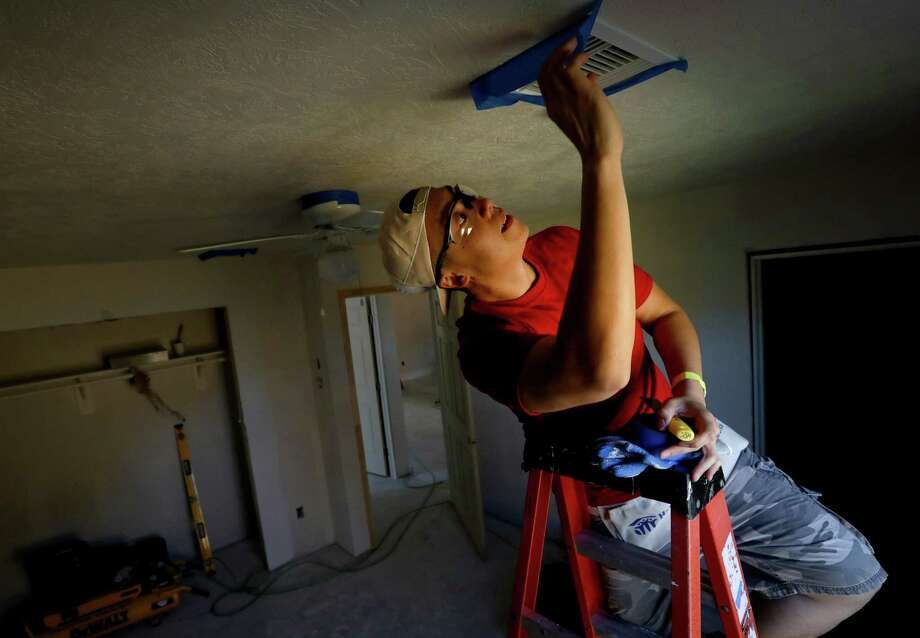 Jon Chan, a paralegal with Dow, helps repair flood-damaged houses along with other volunteers, in Houston. Photo: Jon Shapley, Houston Chronicle / © 2017 Houston Chronicle