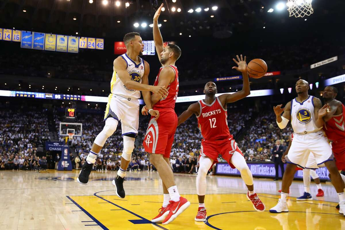 OAKLAND, CA - OCTOBER 17: Stephen Curry #30 of the Golden State Warriors passes the ball against the Houston Rockets during their NBA game at ORACLE Arena on October 17, 2017 in Oakland, California. NOTE TO USER: User expressly acknowledges and agrees that, by downloading and or using this photograph, User is consenting to the terms and conditions of the Getty Images License Agreement. (Photo by Ezra Shaw/Getty Images)