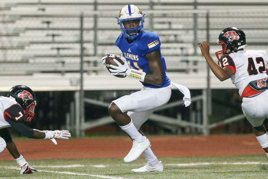 Clemens' Tommy Bush catches the ball between Wagner's Aldo Cuellar, left, and Avante Stevens on his way to a 39-yard touchdown during the second half their District 27-6A football game at Lehnhoff Stadium on Friday, Sept. 29, 2017. Photo: Marvin Pfeiffer /San Antonio Express-News / Express-News 2017
