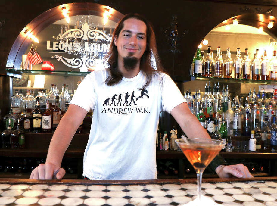 Bartender John Dilan at Leon's Lounge Photo: Elizabeth Conley, Houston Chronicle / © 2017 Houston Chronicle