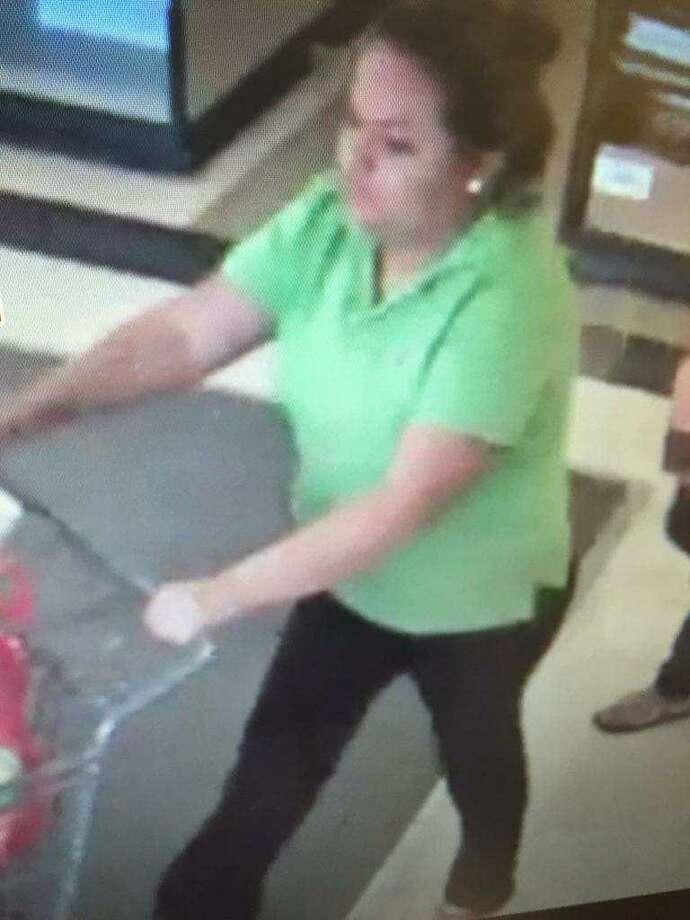 La policía de Laredo dijo que necesitan identificar a una mujer que supuestamente tomó un sobre de una caja registradora en H-E-B. Photo: Cortesía /Laredo Police Department