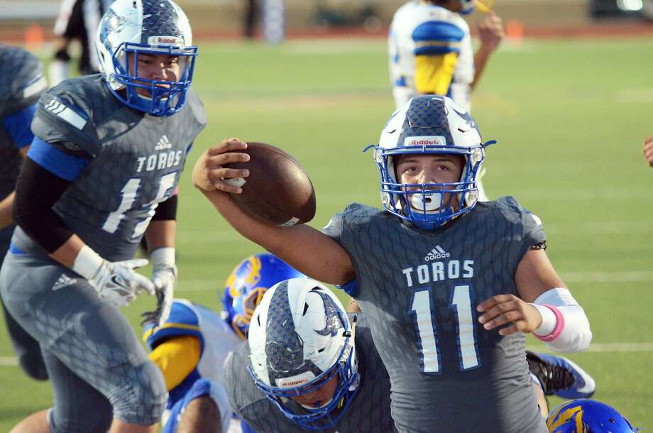 Cigarroa quarterback Alfredo Sepulveda and the Toros host Roma in their regular-season finale on Friday at 7:30 p.m. at Shirley Field. Photo: Cuate Santos /Laredo Morning Times File / Laredo Morning Times