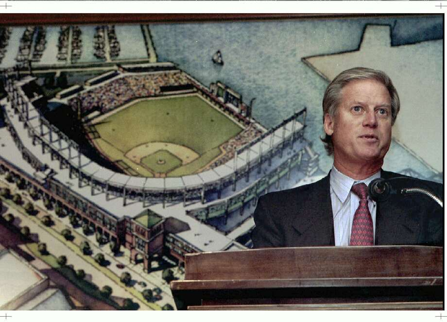 With the interpretation of an artist behind him, the general manager of Giants Peter Magowan presented the proposal of the team to build AT & amp; T Park during a press conference in 1996. Photo: LOU DEMATTEIS / REUTERS