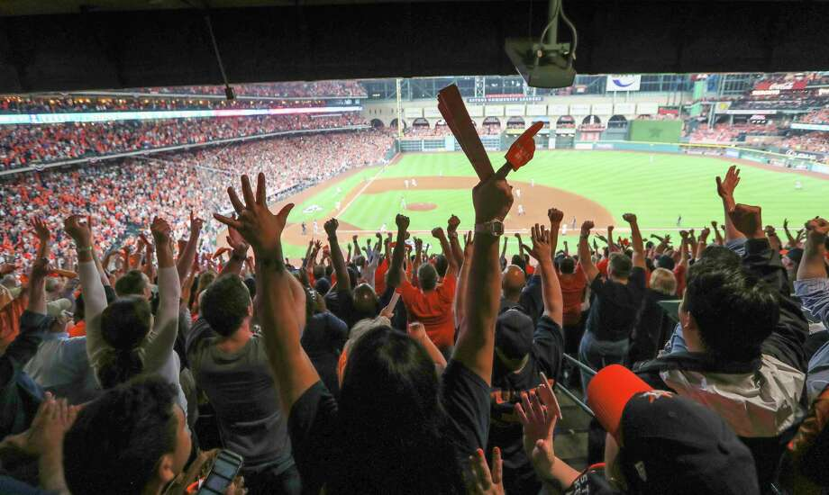 Astros fans erupt after Jose Altuve drives in two runs in the bottom of the fifth inning against the Yankees. The Astros tied the ALCS series at 3-3. Photo: Steve Gonzales, Houston Chronicle / © 2017 Houston Chronicle