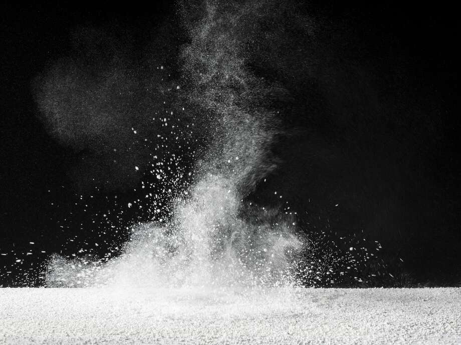 Particles of powder of talc on a black bottom. Photo of study Photo: Jose A. Bernat Bacete/Getty Images