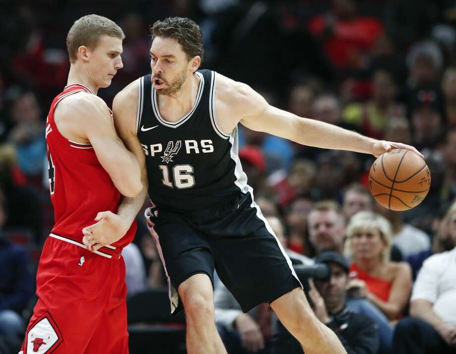 Chicago Bulls forward Lauri Markkanen, left, defends against San Antonio Spurs forward Pau Gasol, right, during the first half of an NBA basketball game, Saturday, Oct. 21, 2017, in Chicago. (AP Photo/Kamil Krzaczynski)