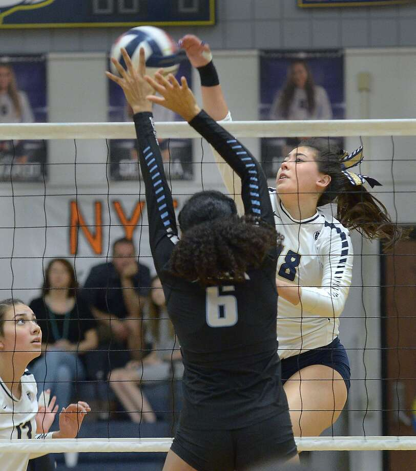 Alexander's Amber Tran and the Lady Bulldogs swept United South 3-0 on Saturday. Photo: Cuate Santos /Laredo Morning Times / Laredo Morning Times
