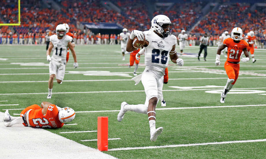 Rice wide receiver Aaron Cephus (28) scores a touchdown ahead of UTSA Roadrunners cornerback Clayton Johnson (29), left, during first half action Saturday Oct. 21, 2017 at the Alamodome. Photo: Edward A. Ornelas/San Antonio Express-News