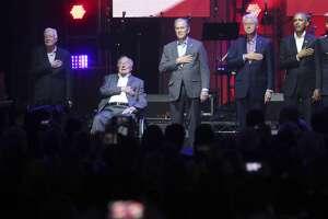 De derecha a izquierda, los ex presidentes Barack Obama, Bill Clinton, George W. Bush, George H.W. Bush y Jimmy Carter colocan su mano sobre el pecho ante la interpretación del himno nacional en el escenario durante la inauguración de un concierto de ayuda para los damnificados por varios huracanes en la ciudad de College Station, Texas, el sábado 21 de octubre de 2017. (AP Foto/LM Otero)