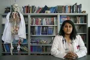 En esta foto del 5 de octubre de 2017, la estudiante de tercer año de medicina Zarna Patel posa en la Facultad de Medicina de la Universidad Loyola en Maywood, Illinois. (AP Foto/Charles Rex Arbogast)