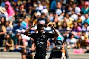 Avilés Hurtado, de Monterrey, celebra su gol contra Pumas. (AFP)