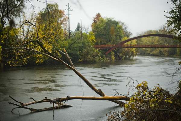 Rain falls near the Tridge on Monday, Oct. 23, 2017. The Tittabawassee River is expected to crest at about 1 p.m. Wednesday at 20 feet, 4 feet below flood stage. As of 1:15 p.m. Monday, the river was at 10 feet. (Katy Kildee/kkildee@mdn.net)