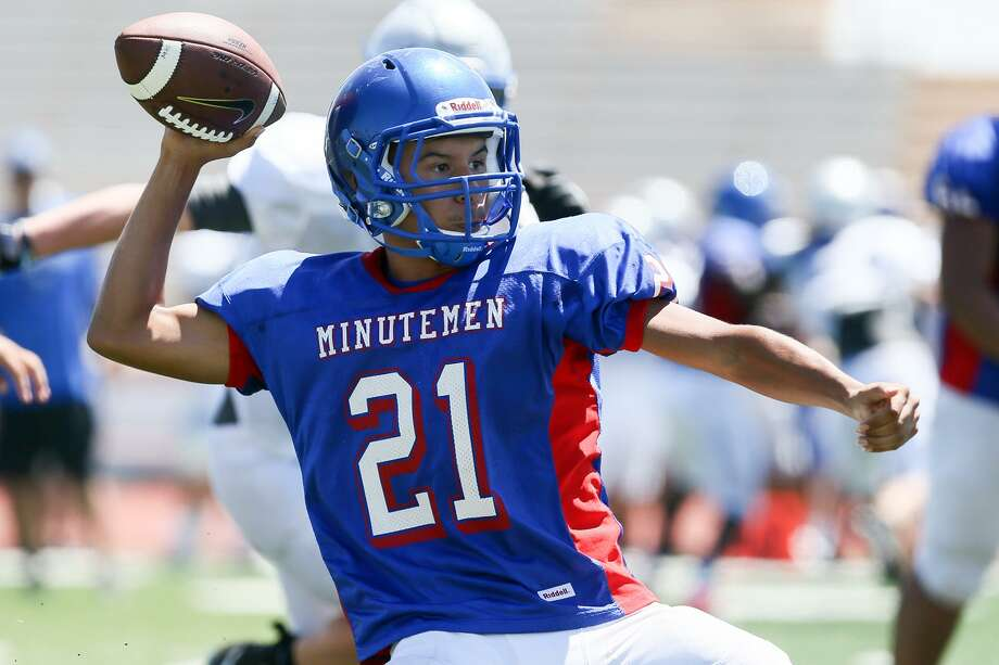 Memorial quarterback Anthony Esparza looks to throw during their scrimmage with La Vernia at Edgewood Veterans Stadium on Saturday, Aug. 19, 2017.  MARVIN PFEIFFER/ mpfeiffer@express-news.net Photo: Marvin Pfeiffer, Staff / San Antonio Express-News / Express-News 2017