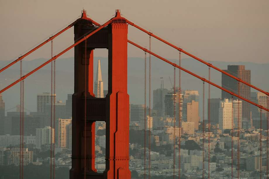 The skyline of San Francisco, California showing the Transamerica Building framed by the north tower of the Golden Gate Bridge is pictured at sunset February 27, 2008. REUTERS/Robert Galbraith (UNITED STATES) Photo: Robert Galbraith / Reuters
