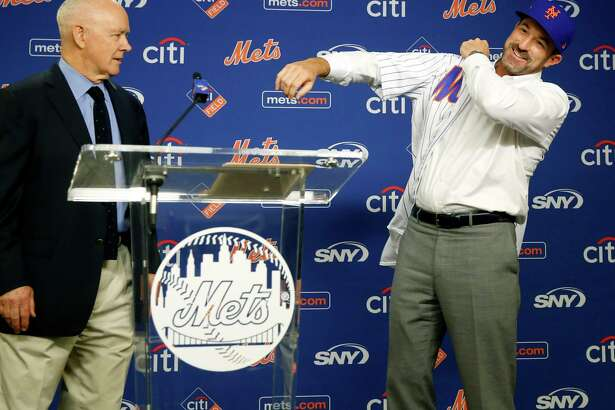 New York Mets general manager Sandy Alderson, left, watches as introducing the Mets' new manager Mickey Calloway, who dons a Mets jersey, Monday, Oct. 23, 2017, at CitiField in New York. (AP Photo/Kathy Willens) ORG XMIT: NYM102