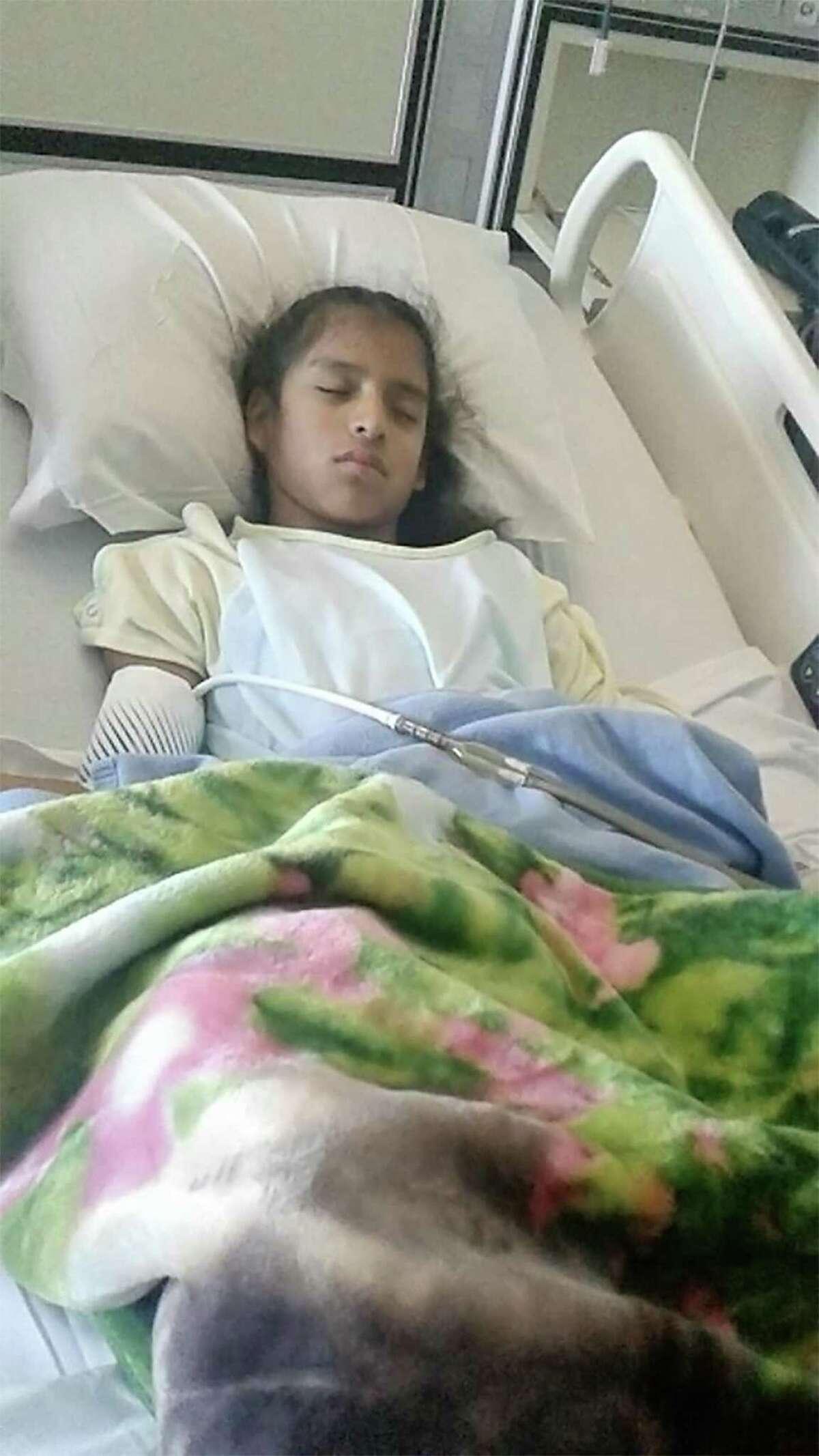 Rosemarie Hernández, de 10 años, yace en una cama de hospital en Corpus Christi después de someterse a una cirugía de vesícula biliar. Hernández no tiene estatus de inmigrante legal y podría ser enviada a un centro de detención después de ser dada de alta del hospital. Hernández fue diagnosticada con parálisis cerebral.