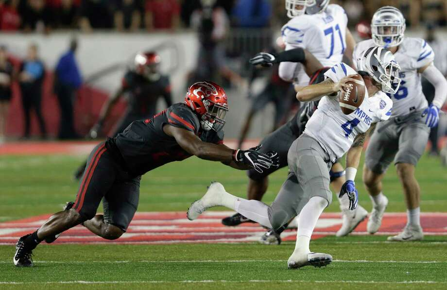 Memphis Tigers quarterback Riley Ferguson #4 scrambles to avoid the tackle by Houston Cougars linebacker Austin Robinson #22 in the fourth quarter during the NCAA football game between the Memphis Tigers and the Houston Cougars at TDECU Stadium in Houston, TX on Thursday, October 19, 2017. Photo: Tim Warner, For The Chronicle / Houston Chronicle