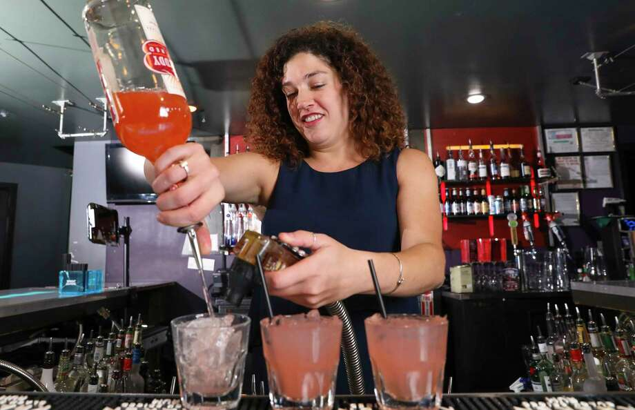 Etro Lounge bartender Amanda Melvin Photo: Yi-Chin Lee, Houston Chronicle / © 2017  Houston Chronicle