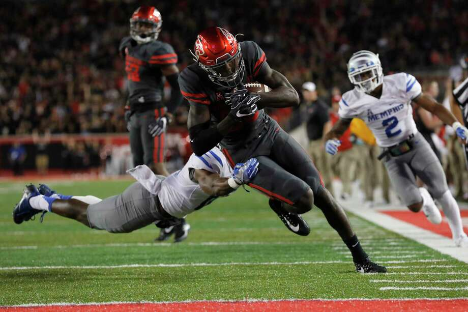 Wide receiver Steven Dunbar #88 and the UH football team hopes to get back on track with a win over undefeated South Florida on Saturday. Photo: Tim Warner, Freelance / Houston Chronicle