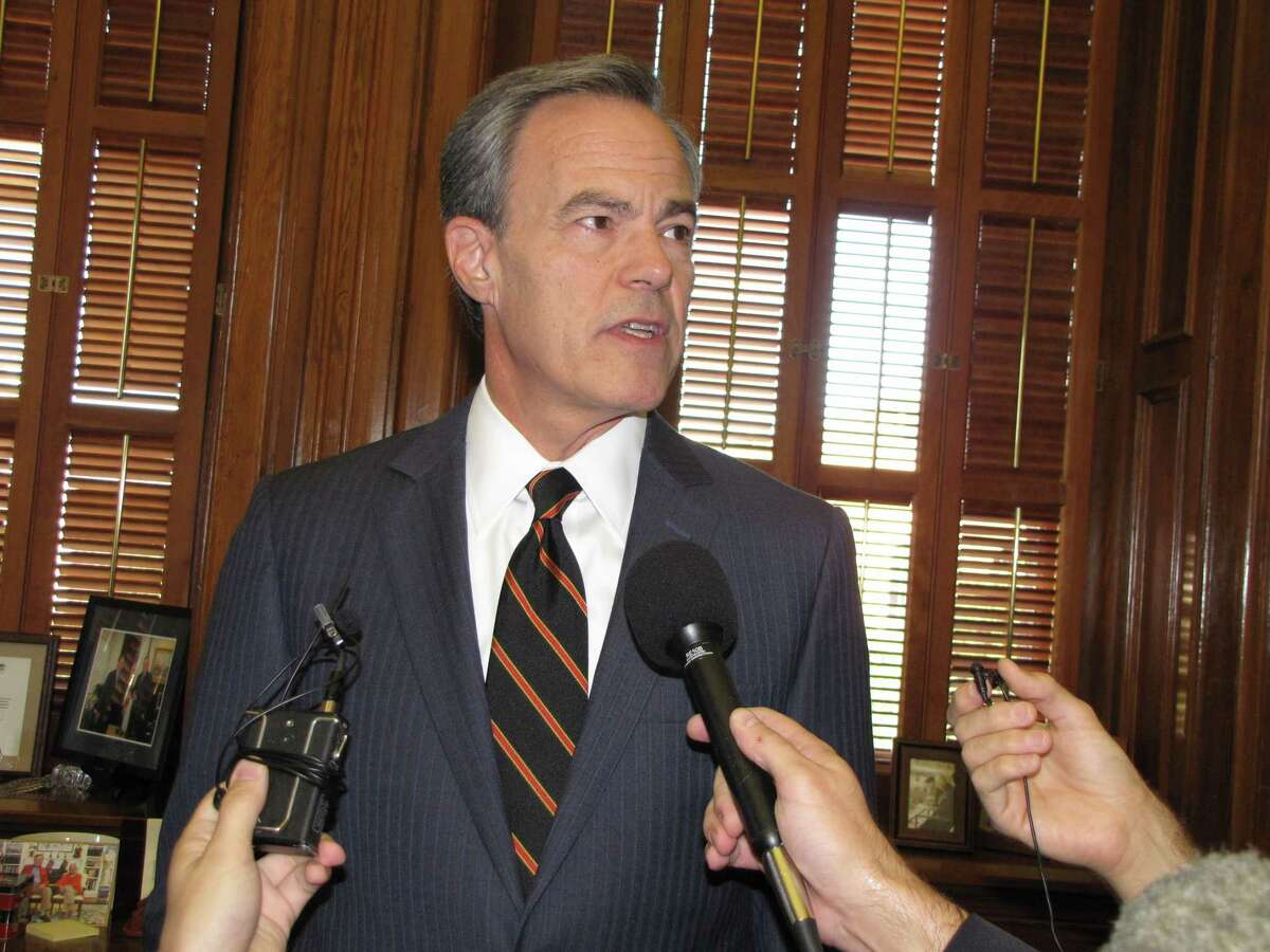 Texas Speaker of the House Joe Straus announces he won't run for re-election at a press conference.