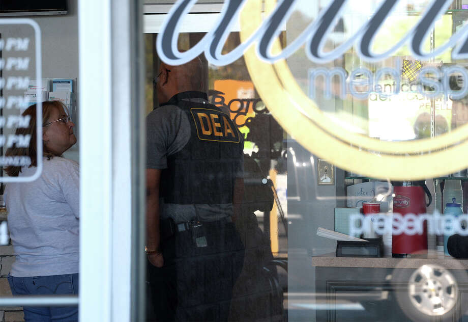 Drug Enforcement Agency officers execute a search warrant Tuesday morning at Optimum Medical Weight Control and Family Wellness in Nederland.  Photo taken Tuesday, October 24, 2017 Guiseppe Barranco/The Enterprise Photo: Guiseppe Barranco, Photo Editor / Guiseppe Barranco ©