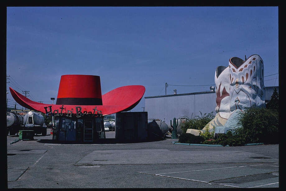 Another view of the Hat n' Boots gas station. Photo: John Margolies/Library Of Congress
