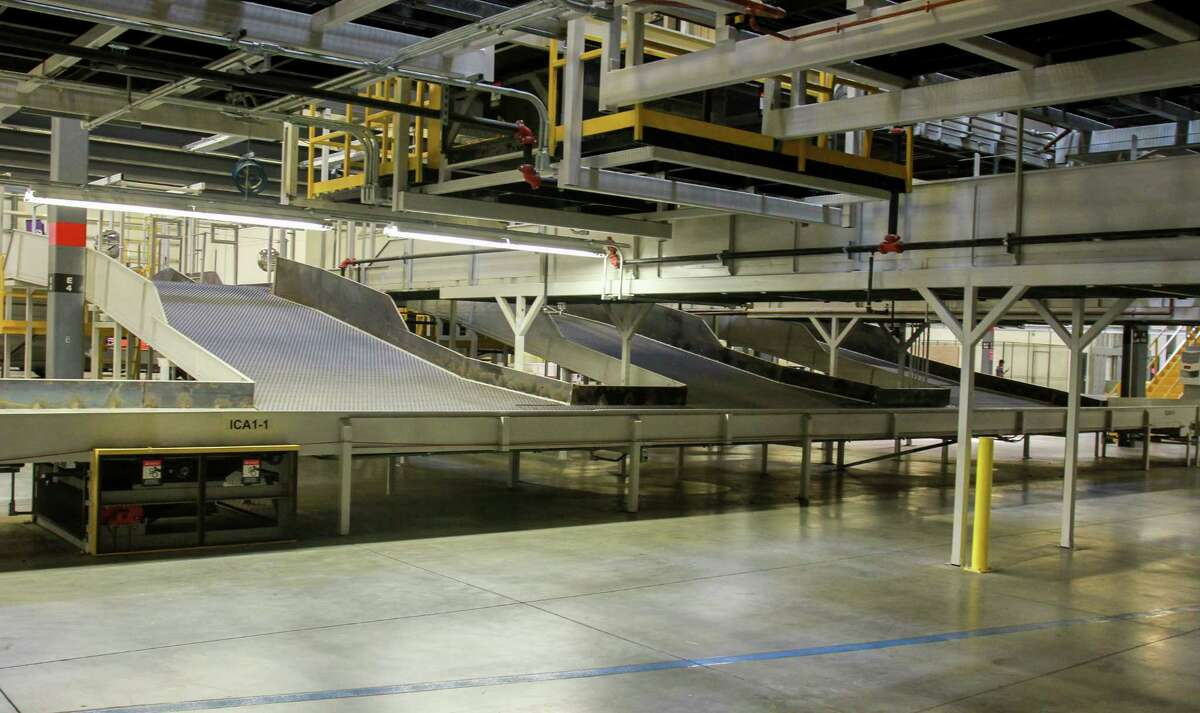 The new FedEx Ground 800,000-square-foot automated distribution hub in Houston. (For the Chronicle/Gary Fountain, October 26, 2017)
