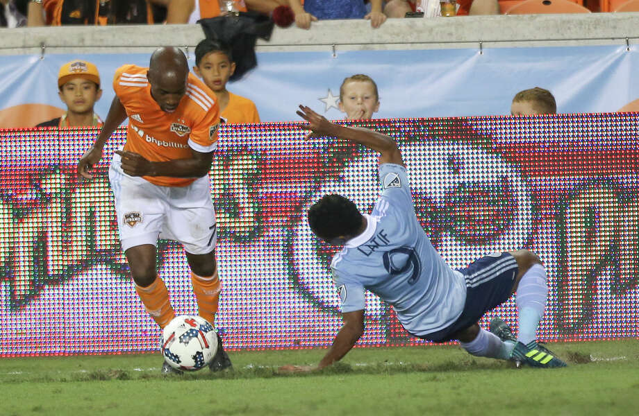 Houston Dynamo defender DaMarcus Beasley (7) gets away from Sporting Kansas City forward Latif Blessing's (9) tackle during the first half of the first-round playoff MLS match at BBVA Compass Stadium Thursday, Oct. 26, 2017, in Houston. ( Yi-Chin Lee / Houston Chronicle ) Photo: Yi-Chin Lee/Houston Chronicle