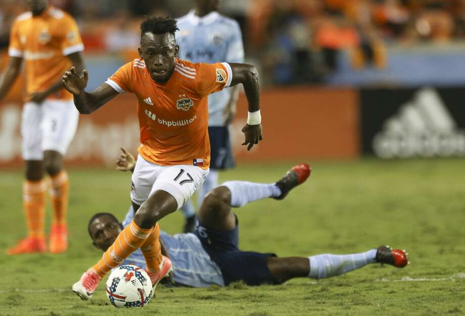 Houston Dynamo forward Alberth Elis (17) gets control of the ball during the first half of the first-round playoff MLS match at BBVA Compass Stadium Thursday, Oct. 26, 2017, in Houston. ( Yi-Chin Lee / Houston Chronicle ) Photo: Yi-Chin Lee/Houston Chronicle