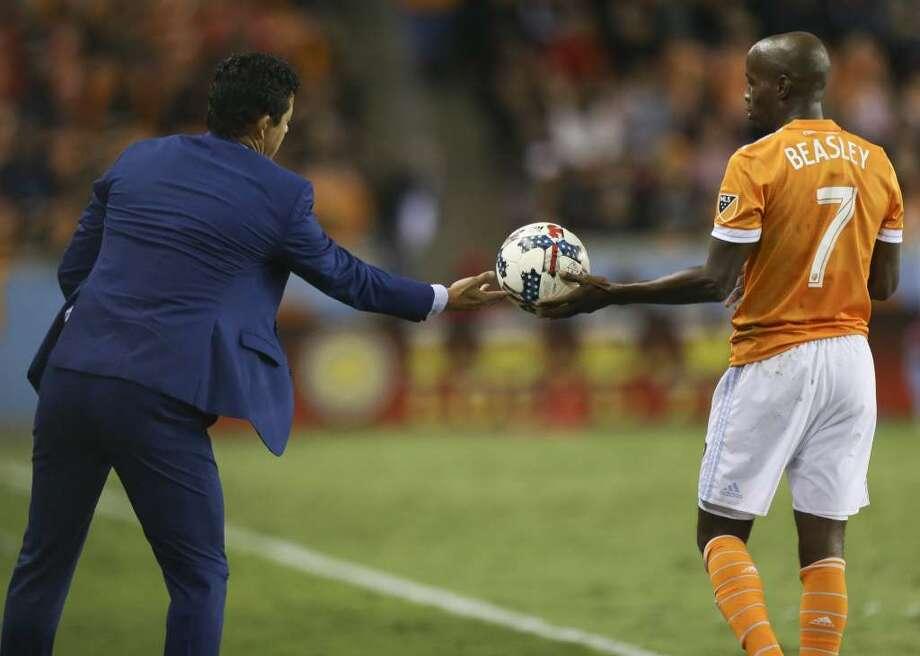 El entrenador del Houston Dynamo Wilmer Cabrera le alcanza el balón a DaMarcus Beasley (7) durante el triunfo sobre el Sporting en el BBVA Compass Stadium, el 26 de octubre de 2017 en Houston. (Yi-Chin Lee / Houston Chronicle)