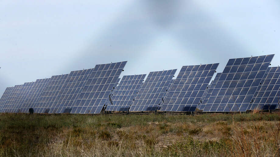 Five electric cooperatives in Texas have agreed to buy 7 megawatts of solar generation from a Canadian renewable energy developer, enough to power about 1,400 Texas homes on a hot summer day. Photo: John Davenport, STAFF / ©John Davenport/San Antonio Express-News