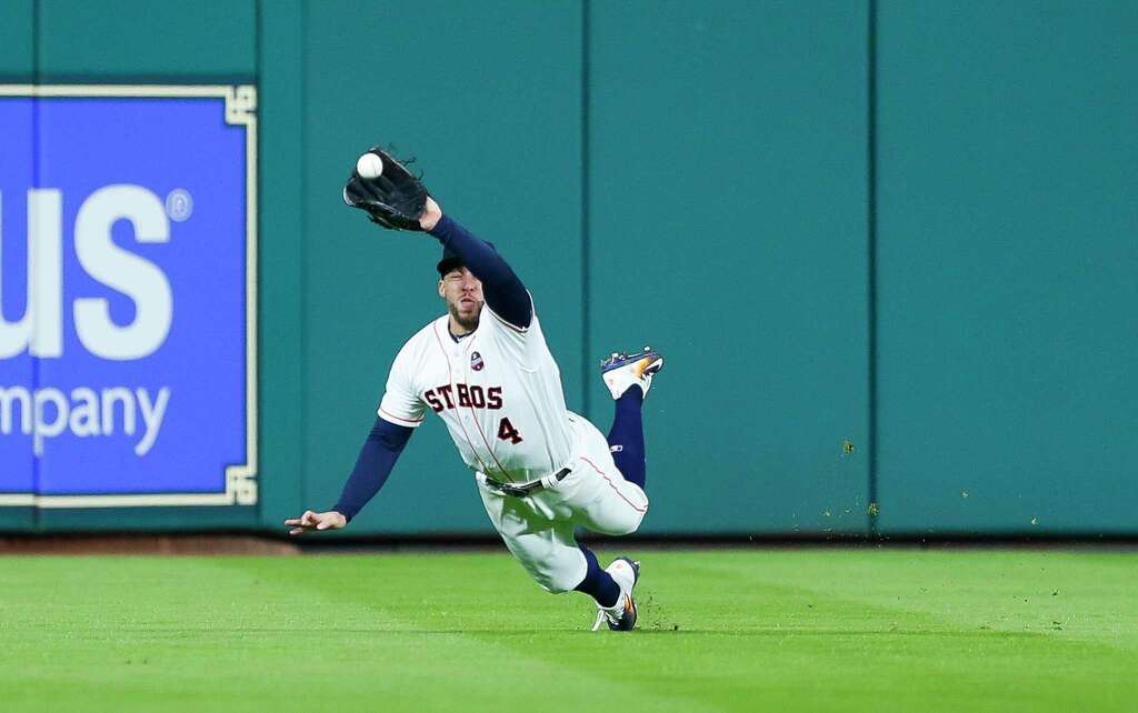 Springer realizando un espectacular diving catch en la 5ª entrada Los Houston Astros se ponen por delante en las Series Mundiales
